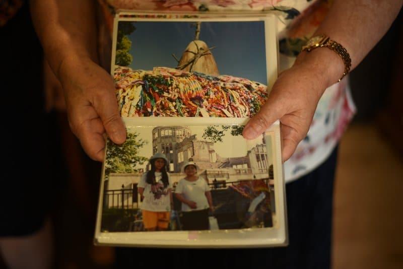 Hibakusha-Benalmádena-Takako-enseña-foto-de-Hiroshima-con-su-nieta-y-su-hija