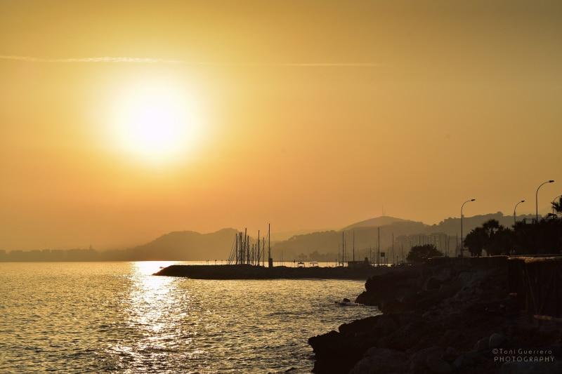 Mirando al sol al atardecer Málaga