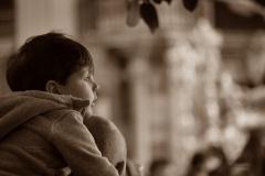 2018 Niño viendo al Cristo de Estudiantes